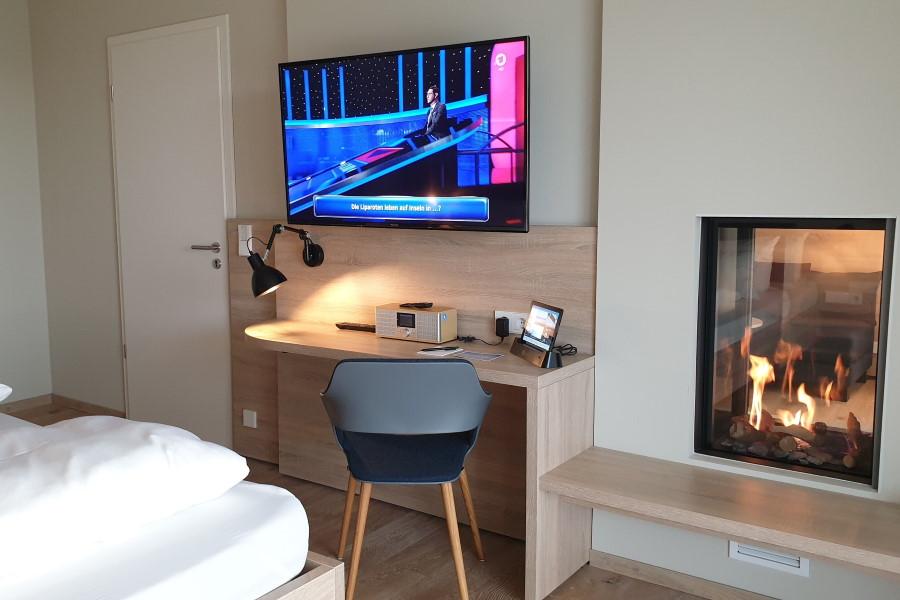 Hotel Die Sandburg Suite Bett Kamin